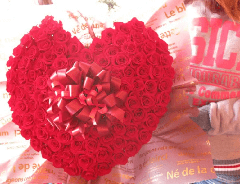 100本のバラの花束ハート型
